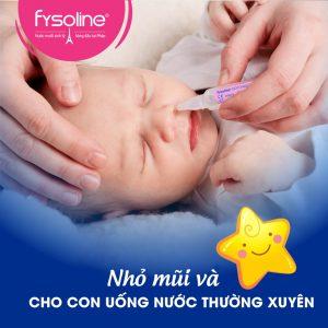 Nhỏ nước muối sinh lý để giữ ẩm mũi cho bé