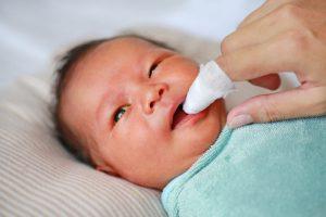 Rơ lưỡi đúng cách giúp bé ngăn ngừa được nhiều bệnh về răng miệng