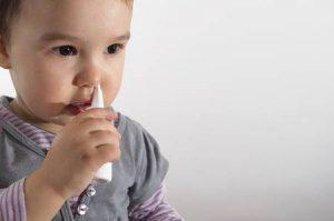 Trẻ nhỡ và trẻ lớn có thể tự xịt rửa mũi nếu sản phẩm xịt có khấc chặn an toàn