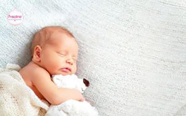 Bé sơ sinh bị khò khè