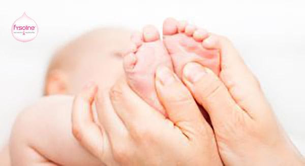 Thoa dầu giữ ấm lòng bàn chân trị chứng sổ mũi cho bé