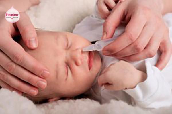 Trị sổ mũi cho trẻ sơ sinh bằng nước muối sinh lý
