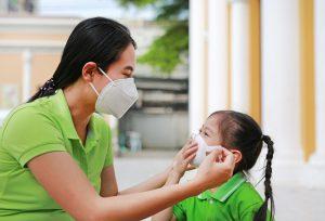 Đeo khẩu trang cho trẻ khi ra ngoài là việc rất quan trọng và cần thiết