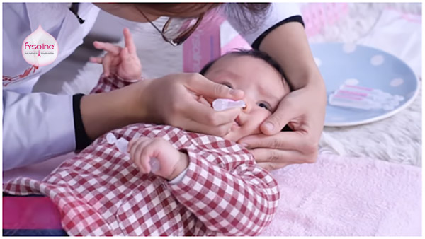 Cách sử dụng nước muối sinh lý rửa mũi cho bé