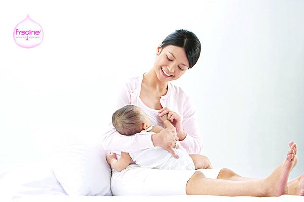 Cho trẻ bú sữa mẹ
