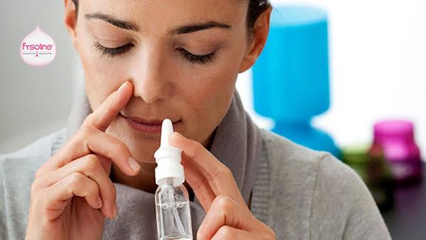 Nên dùng nước muối sinh lý đơn liều hoặc chai xịt có van 1 chiều
