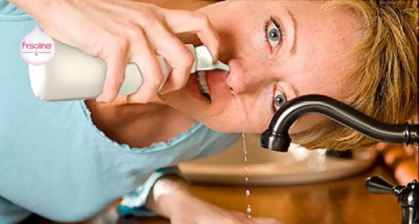 Rửa mũi bằng nước muối sinh lý cho người lớn