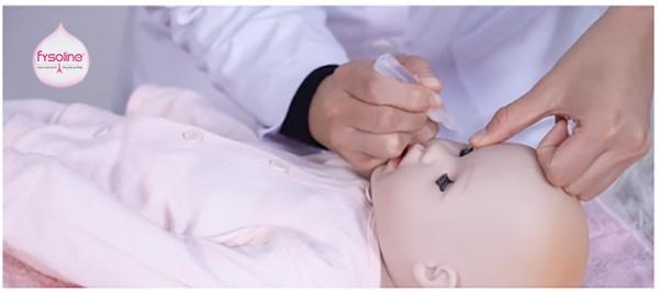 Sử dụng nước muối sinh lý vệ sinh mắt