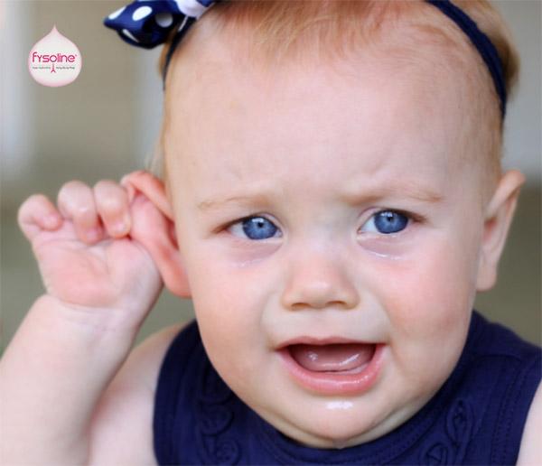 Có nên nhỏ nước muối sinh lý vào tai