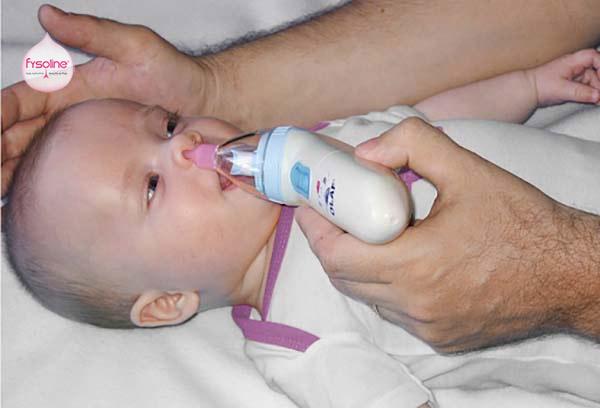 Rửa mũi cho trẻ sơ sinh bằng máy hút mũi