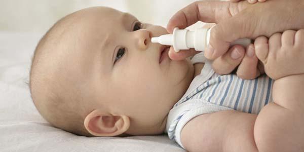 Rửa mũi cho trẻ sơ sinh bằng ống bơm
