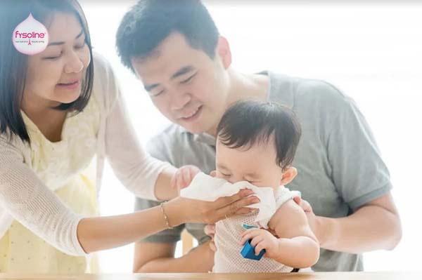 Rửa mũi cho trẻ sơ sinh