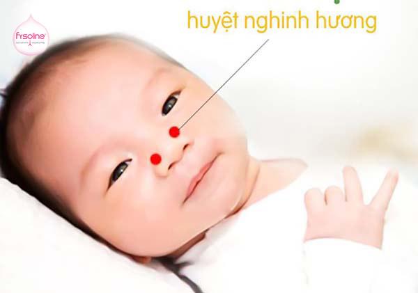 Bấm huyệt nghinh hương cho trẻ bị hắt hơi sổ mũi
