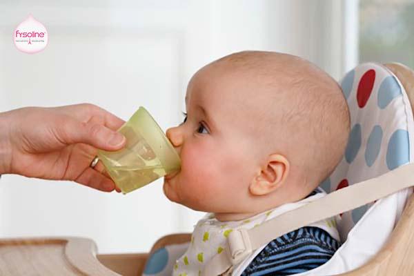 Cho trẻ uống nhiều nước ấm khi bị sổ mũi