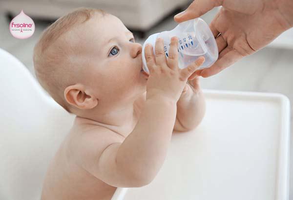 Chữa hắt hơi sổ mũi cho trẻ bằng cách cho trẻ uống nhiều nước
