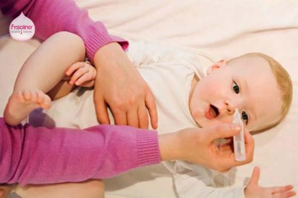 Hướng dẫn dùng nước muối sinh lý rửa mũi cho trẻ sơ sinh