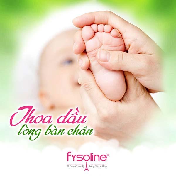 Thoa dầu và massage lòng bàn chân khi trẻ bị sổ mũi