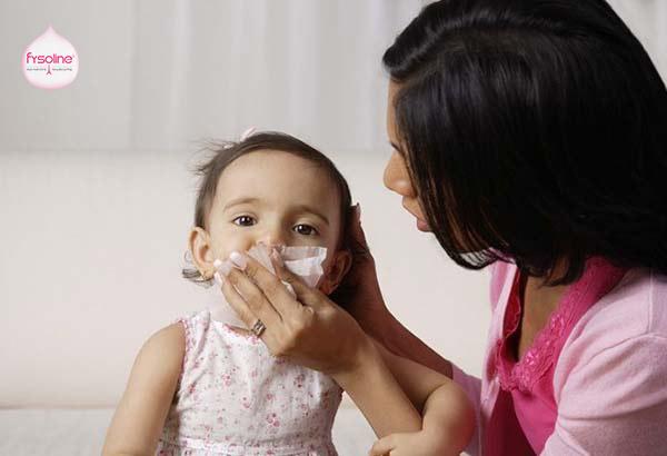 Trẻ bị hắt hơi sổ mũi do bị cảm lạnh