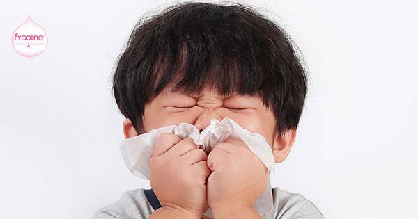 Trẻ bị hắt hơi sổ mũi do viêm mũi dị ứng