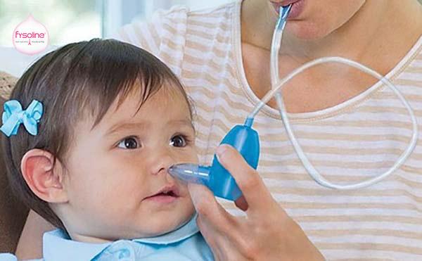 Hút mũi cho trẻ bằng máy hút