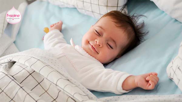 Kê cao đầu cho bé khi ngủ
