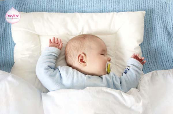 Trẻ sơ sinh bị sổ mũi nên kê gối cao đầu khi ngủ