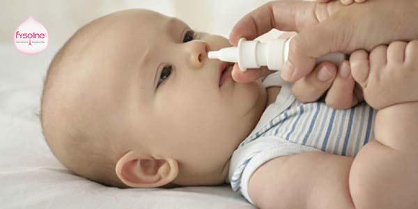 Vệ sinh mũi cho bé bằng ống bơm