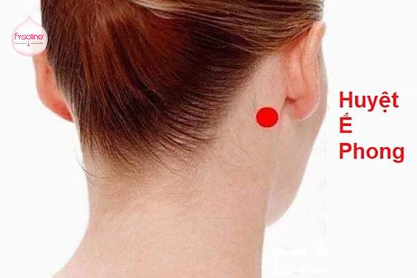Bấm huyệt đạo ế phong trị viêm mũi dị ứng.