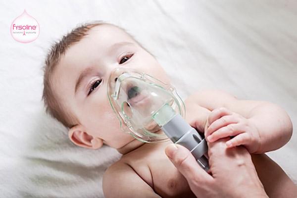Dùng máy xông hơi rửa mũi cho bé