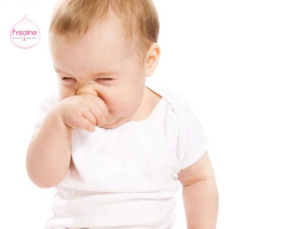 Mẹ nên rửa mũi khi thấy bé sụt sịt, nghẹt mũi
