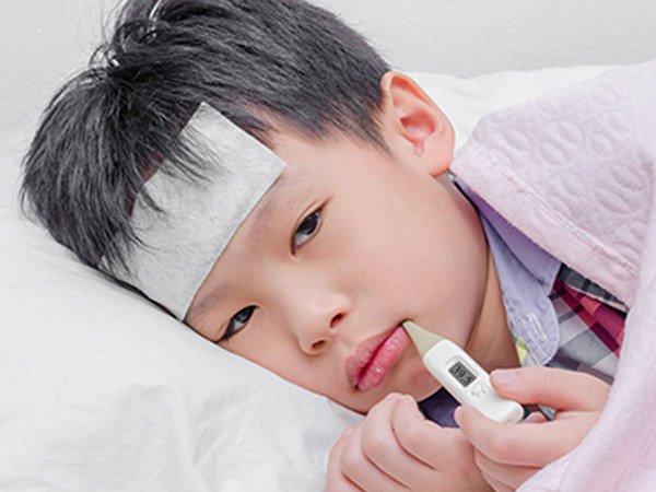 bé bị cảm kèm sốt