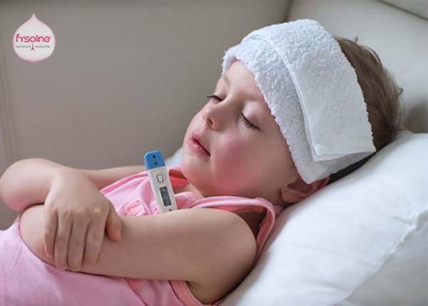 Cho bé nằm cao đầu khi ngủ để ngăn nước mũi