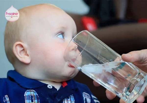 Cho bé uống nhiều nước ấm