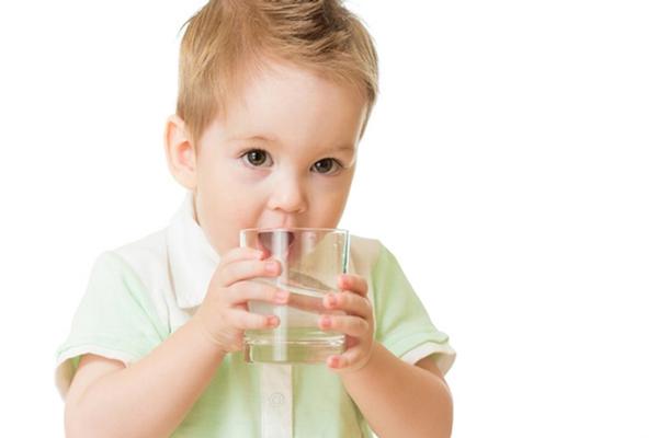 cho bé uống nhiều nước khi bị cảm lạnh