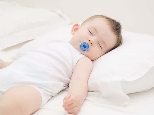 Cho trẻ nằm cao đầu khi ngủ