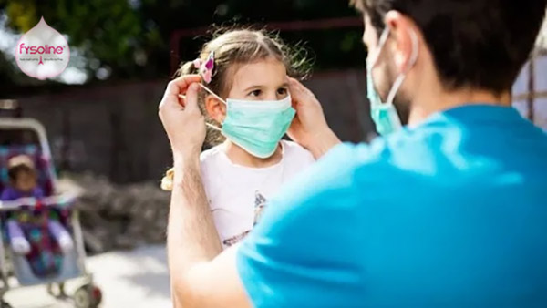 Đeo khẩu trang phòng bệnh viêm mũi ở trẻ em