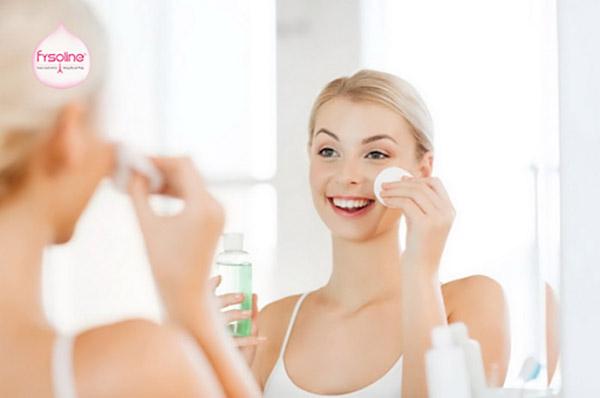 Dùng bông thấm nước muối sinh lý lau trên da