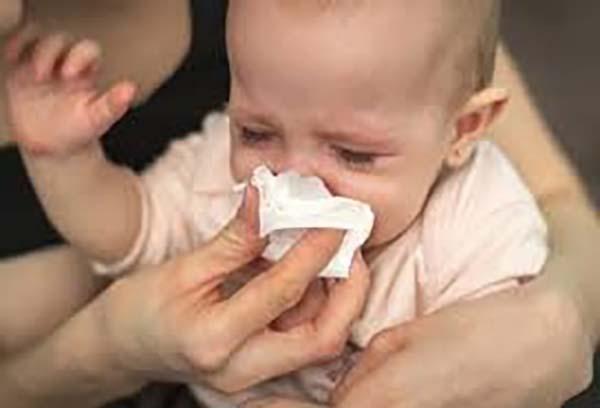 Dùng khăn mềm để cho trẻ lau mũi