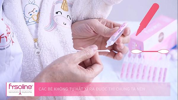 Dùng tăm bông vệ sinh bên trong mũi cho bé