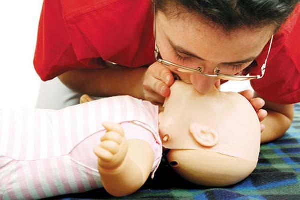Hút mũi bằng miệng cho trẻ