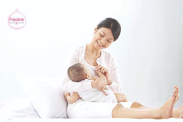 Không nên rơ lưỡi cho trẻ khi bụng trẻ no sữa, trẻ vừa bú mẹ xong