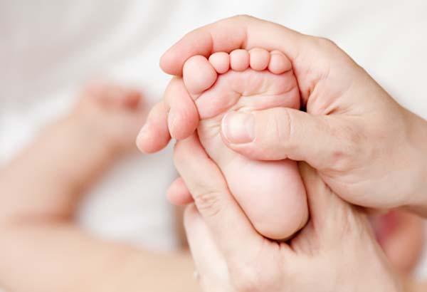 Massage lòng bàn chân giảm sổ mũi, nghẹt mũi ở trẻ