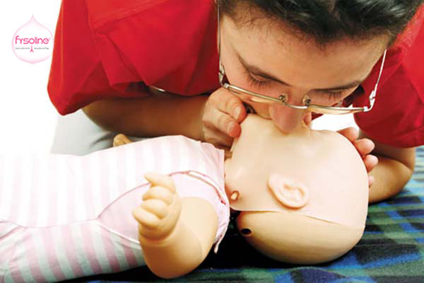 Mẹ không nên hút mũi cho trẻ sơ sinh bằng miệng