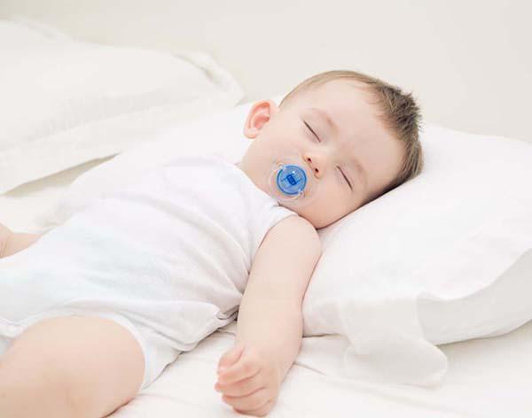 Nâng cao đầu khi nằm cho trẻ sơ sinh