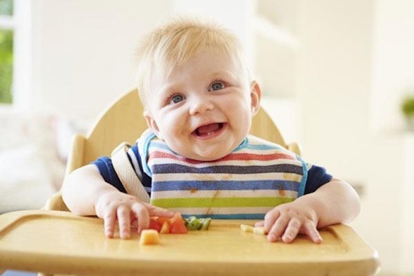 Các mẹ nên giữ bé ngồi để vệ sinh mũi cho trẻ
