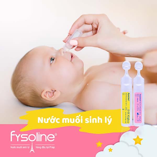 Nhỏ nước muối sinh lý cho trẻ sơ sinh vào mũi