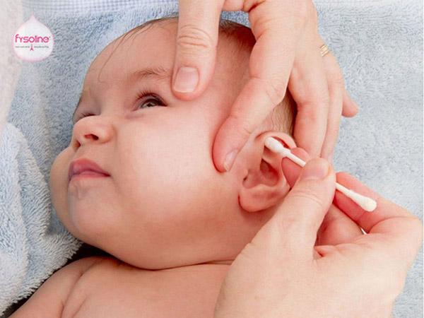 Nhỏ nước muối sinh lý cho trẻ sơ sinh vào tai