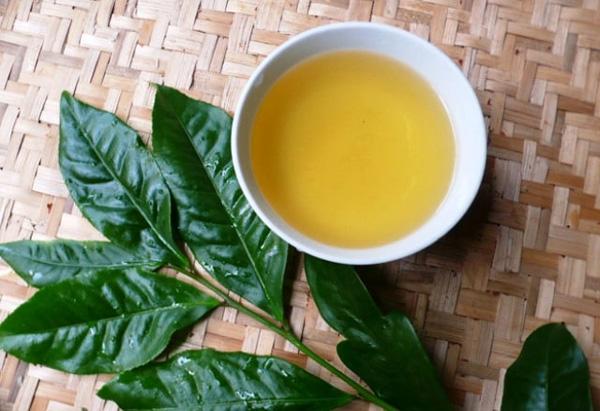 Rơ lưỡi cho trẻ bằng nước trà xanh