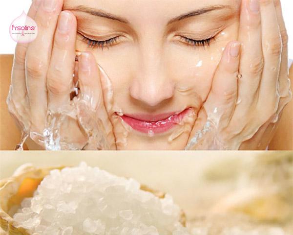 Rửa mặt bằng nước muối sinh lý