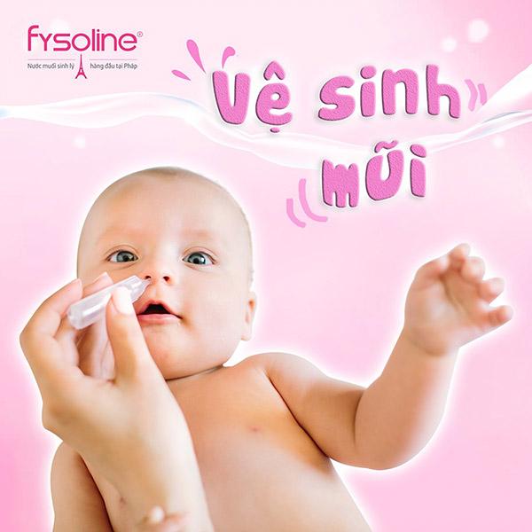Rửa mũi bằng nước muối sinh lý cho bé